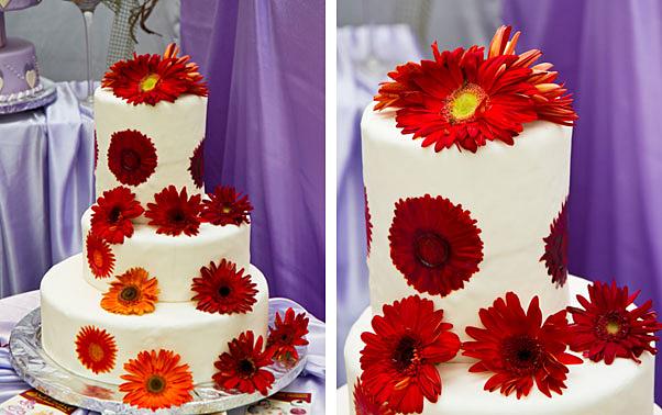 tort de nunta pictat manual si cu margarete rosii din zahar